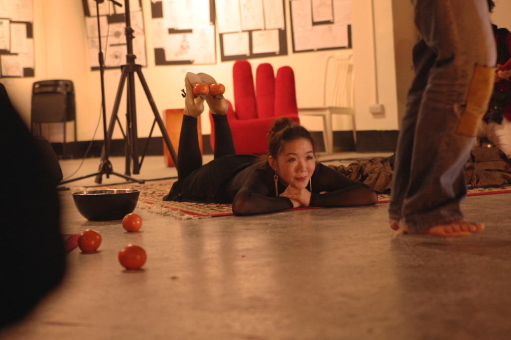 La Gitanita balances two of Valentin Le Chat's juggling balls